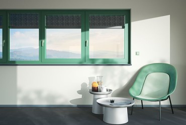 Le Corbusier Haustuer - gruene Fenster mit Stuhl