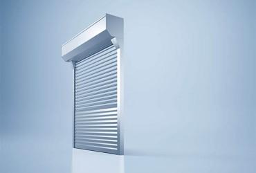Sonnenschutzlamellen-freigestelltes-Fenster-Lamellen-halb-geoeffnet