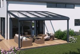 Fenstertueren-weisses-Haus-mit-vorgesetzter-Terrassenueberdachung-anthrazit-und-Sitzgarnitur