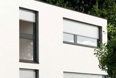 Einbaurollladen-Fenster mit halb heruntergelassenen Rollladen