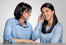Unternehmen-heroal-zwei-Innendienstmitarbeiterinnen-mit-Headset