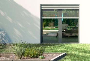 Aufsatzrollladen-in Kombination mit Insektenschutz vor bodentiefem Fenster