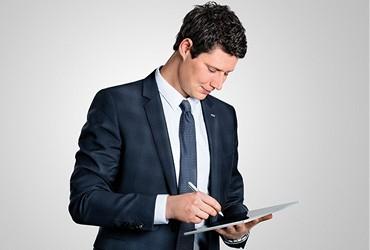 Karriere-heroal-Mitarbeiter-mit-Tablet