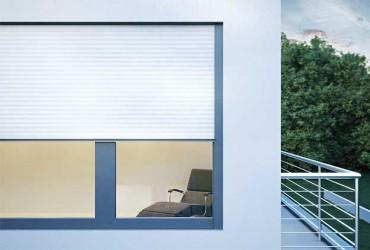 Vorbaurollladen-Verputzter Vorbaurollladen weiss vor Fenster anthrazit