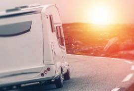 Carport-Wohnmobil-vor-untergehender-Sonne