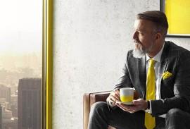 Sonnenschutzlamellen-Mann-neben-Fenster-gelb