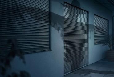 Sicherheitstueren-Sicherheitsrollladen-bei-Nacht