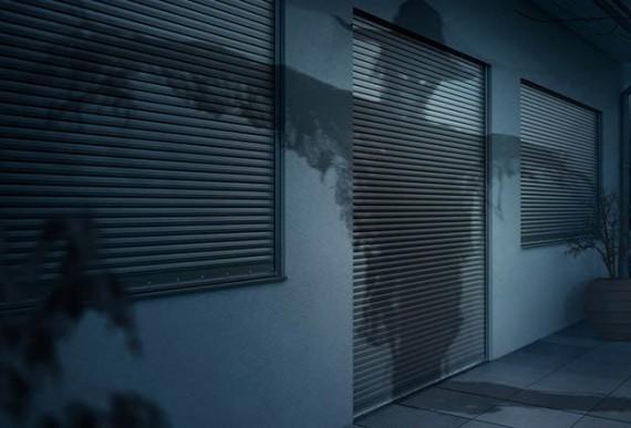 Aluminium-Rollladen geschlossen bei Nacht