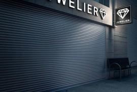 Smart Home-Rolltor geschlossen bei Nacht