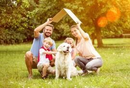 Aluminium Fenster-Foerderung-Familie mit Hund