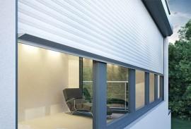 Sonnenschutz-weisser-halb-herunter-gelassener-elektrischer-Rollladen