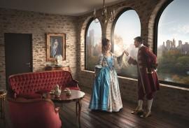 Smart Home-barockes Paar vor Fensterfront