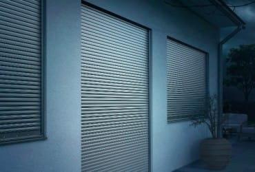 Einbruchschutz-Sicherheitsrollladen-geschlossene Rolllaeden bei Nacht