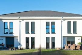 Schiebetueren-Frontansicht-weisses-Flachdach-Haus