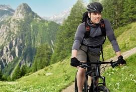 Elektrisches-Garagentor-Mann-mit-Fahrrad-und-Smarthome-App