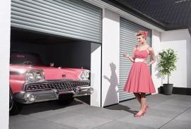 Haustueren-Rolltor-geoeffnet-mit-Frau-im-Kleid