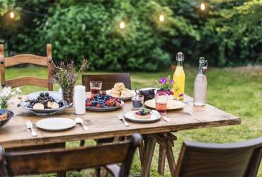 Terrassenueberdachung-gedeckter-Tisch-im-Garten