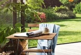 Terrassentuer-Gartentisch-mit-Stuhl-im-Gruenen