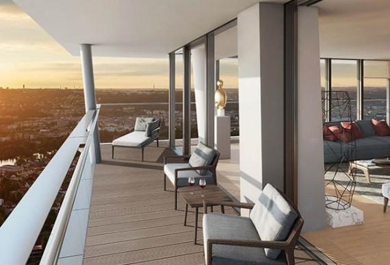 Smart Home-Balkon mit Stuehlen
