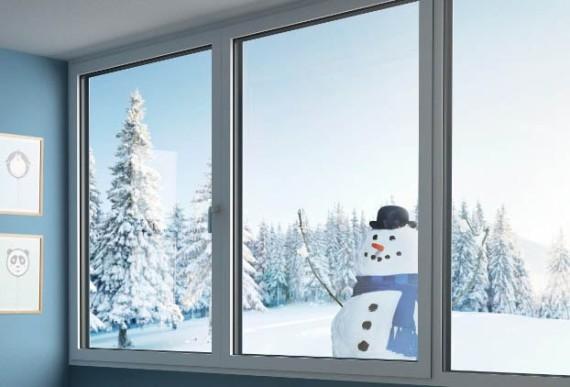 Aufsatzrollladen-Fenster von Innnen mit Winterlandschaft