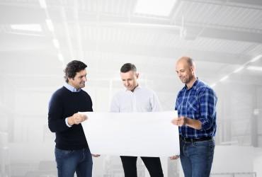 Architektenberatung-Architekt Planer und Bauherr mit Bauplan